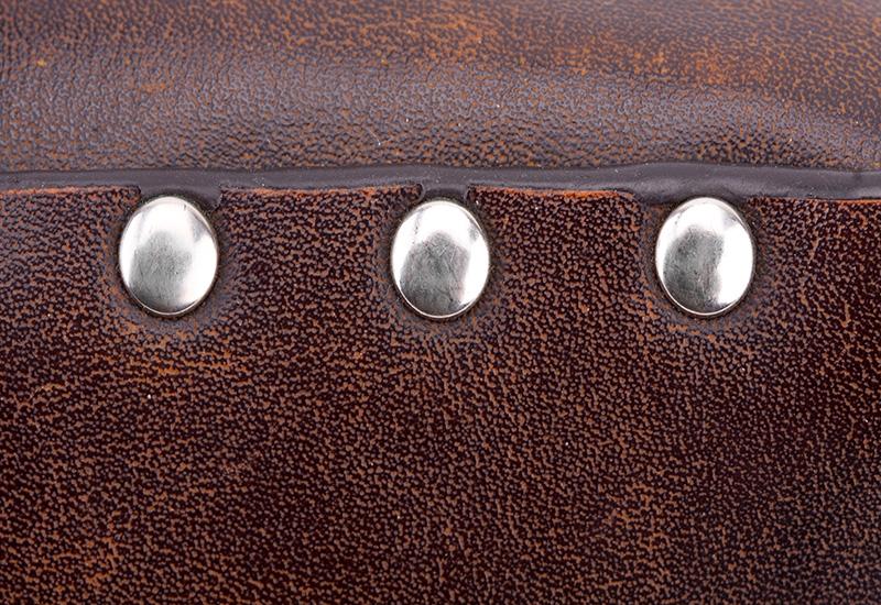 Remaches en maletín de cuero