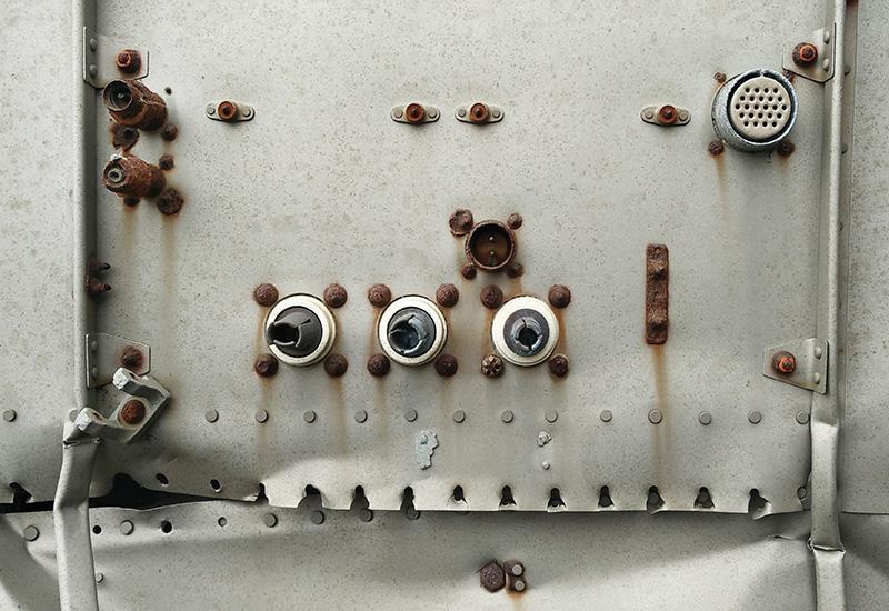 placa de metal plano oxidado con una costura y remaches